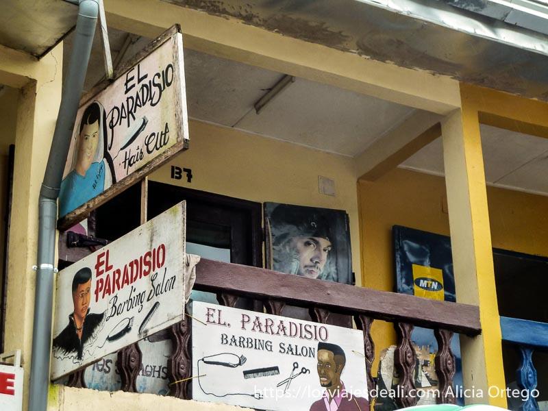 balcón con carteles de peluquería el Paradisio en Buea