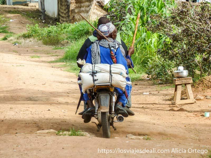 pastores mbororo vestidos de azul montados en una moto carreteras de camerún