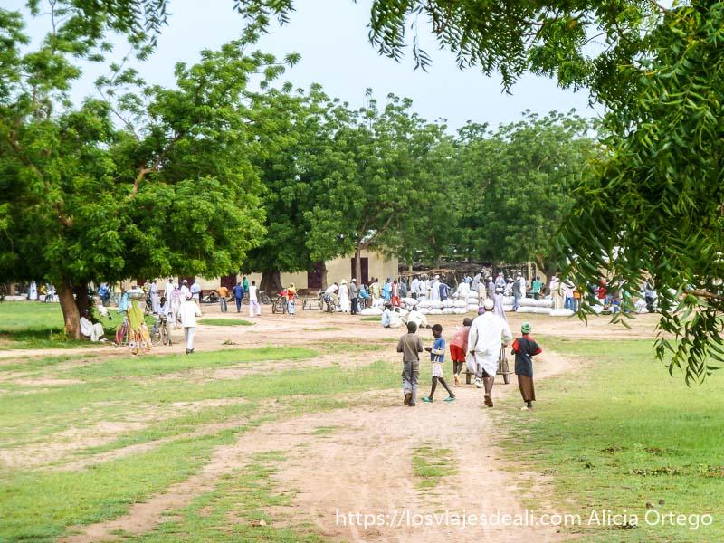 mercado al fondo de explanada de hierba carreteras de camerún