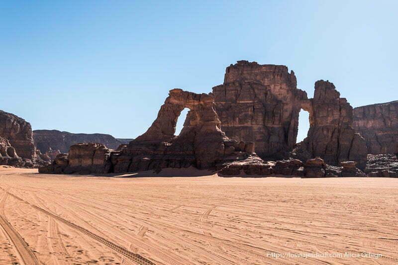 formaciones de rocas con grandes ventanas naturales paisajes del sahara