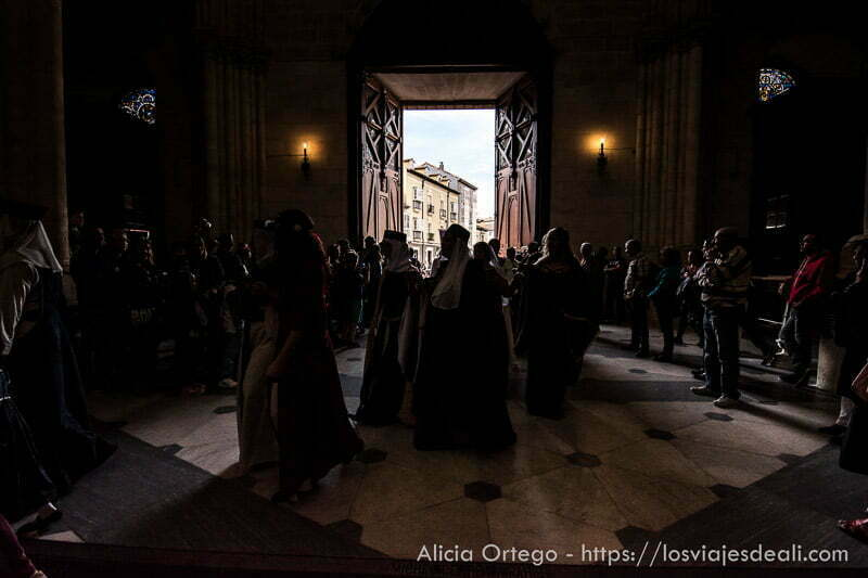 gente con vestidos medievales entrando en la catedral fin de semana cidiano