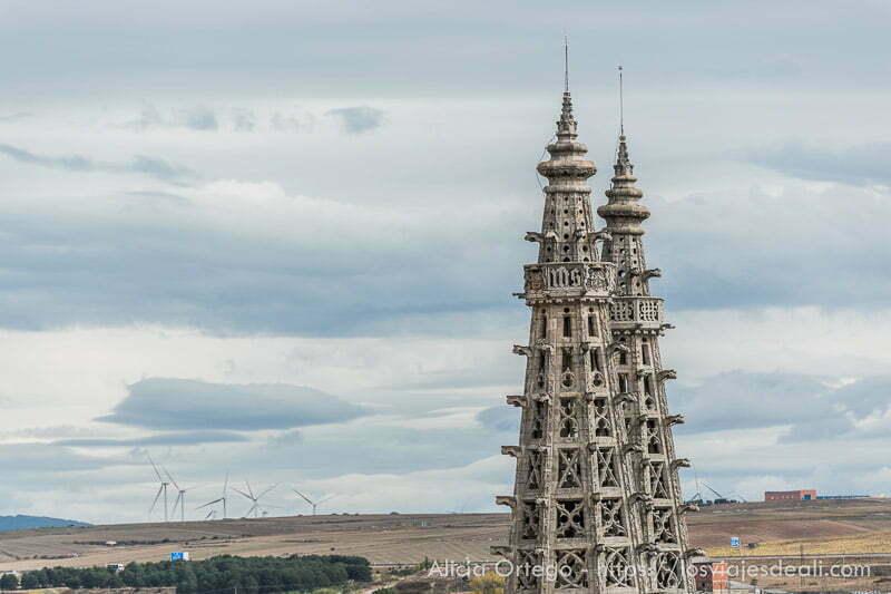 torres de catedral de burgos y al fondo molinos de viento