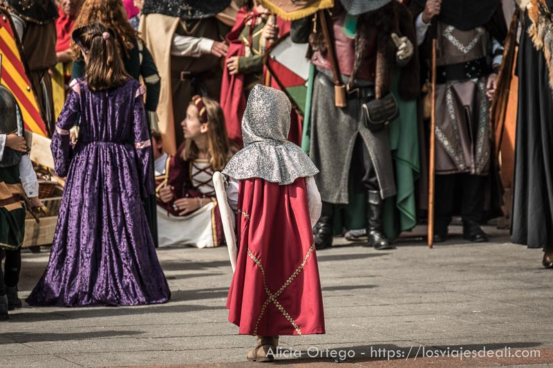 niños con trajes medievales entre el público fin de semana cidiano