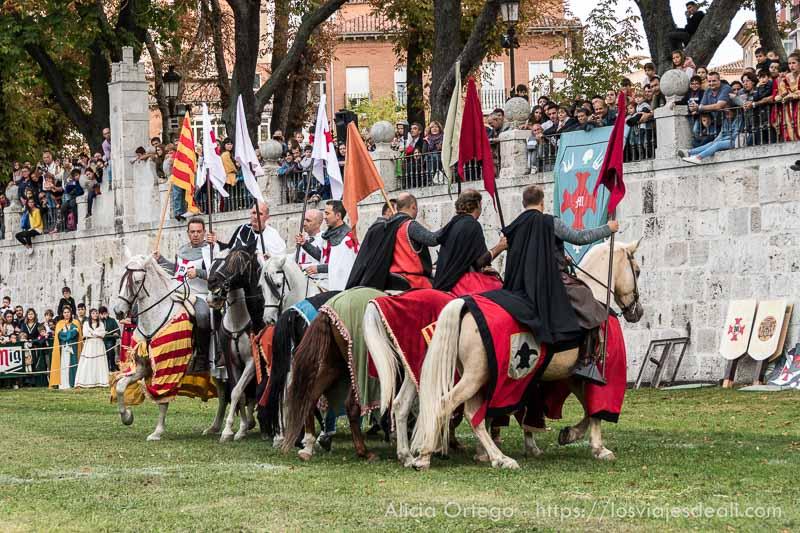 torneo medieval hombres a caballo con banderas fin de semana cidiano