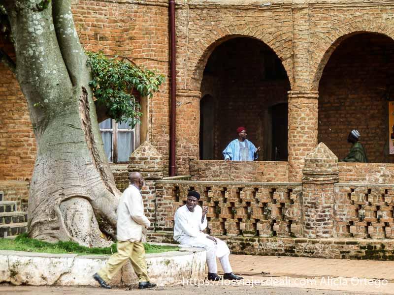 patio del palacio de foumban con varios hombres