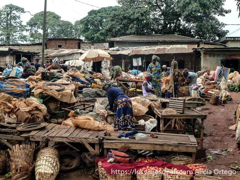 mercado de foumban con puestos de madera y muchos sacos