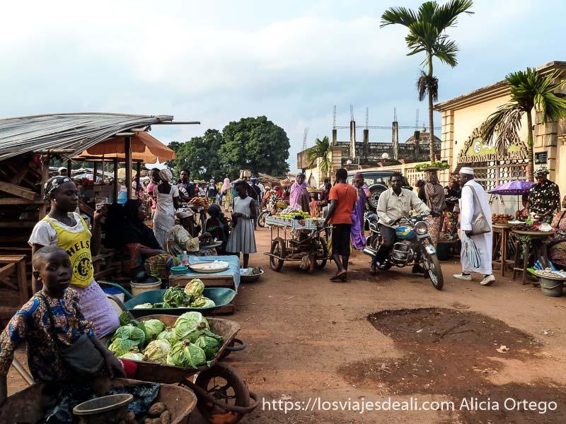 calle del mercado de foumban con venta de verduras en carretillas