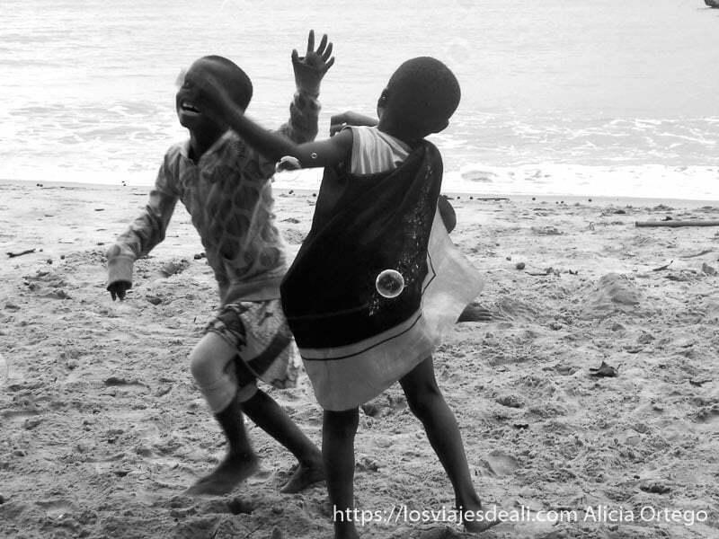 niños de londji jugando con pompas de jabón