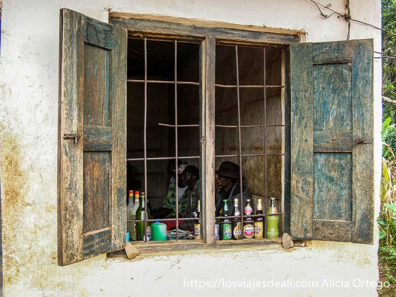 ventana llena de botellas en mercado de bafut montes bamileké