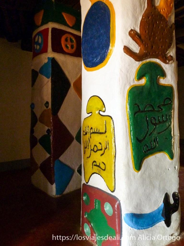 columnas pintadas con espadas y aleyas del corán con muchos colores ngaoundere