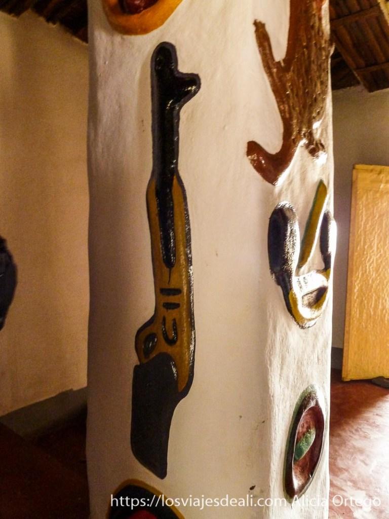 columna donde se ve una escopeta pintada de colores ngaoundere