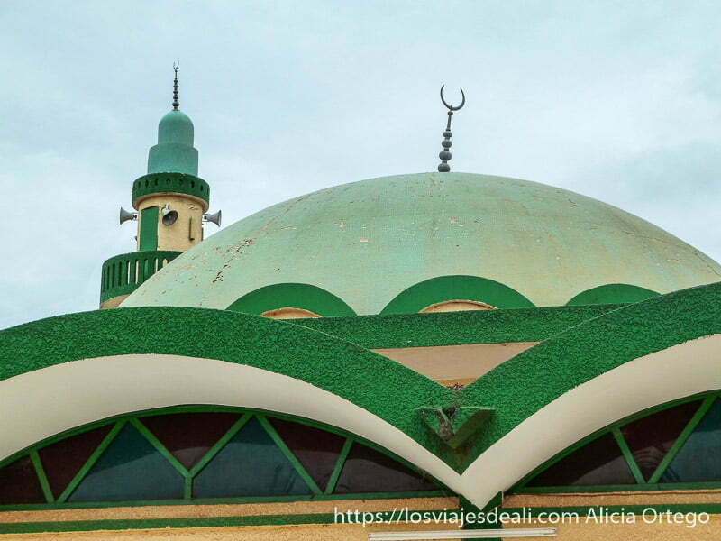 cúpula y minarete de la mezquita de ngaoundere pintadas de verde