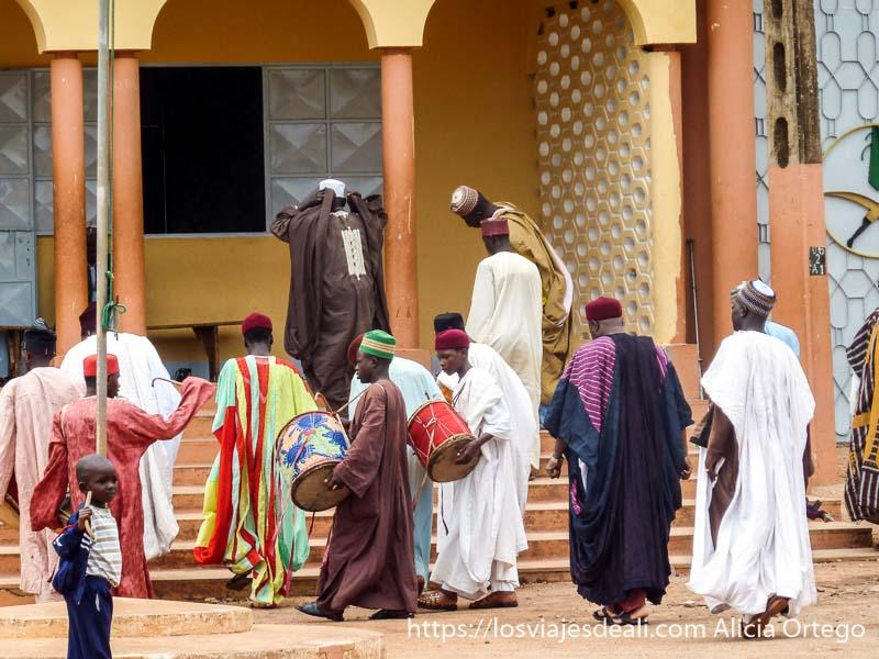nobles y músicos avanzan a la puerta del palacio del lamido ngaoundere
