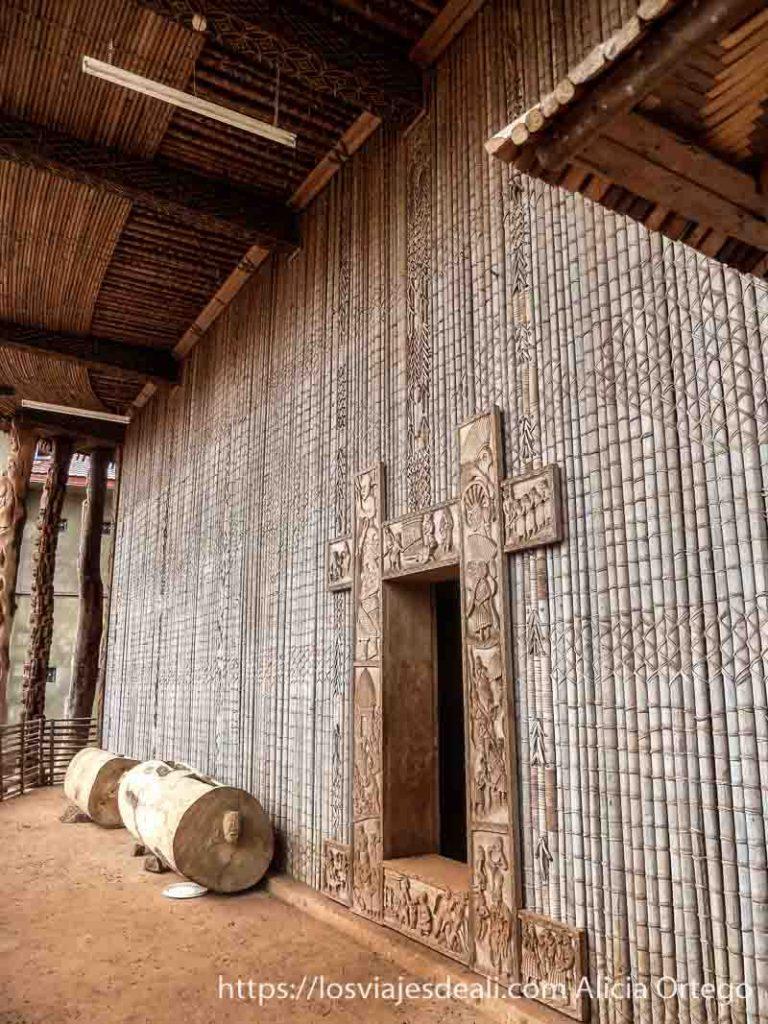 puerta con relieves en madera y los tam tam en país bamileké