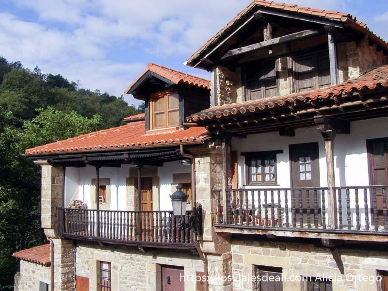 balcones de madera con bosque detrás reserva saja nansa