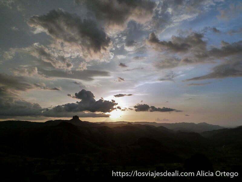 puesta de sol con nubes rumsiki camerún