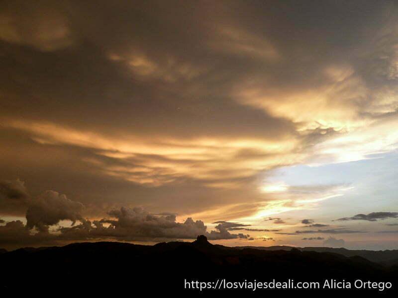 nubes iluminadas por el sol al atardecer rumsiki camerún