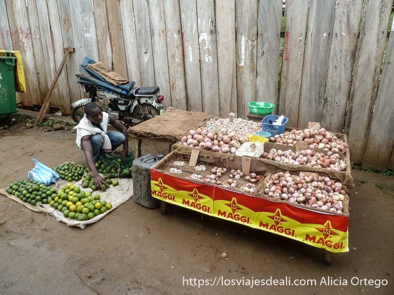 puesto de cebollas y naranjas verdes sur de camerún kribi