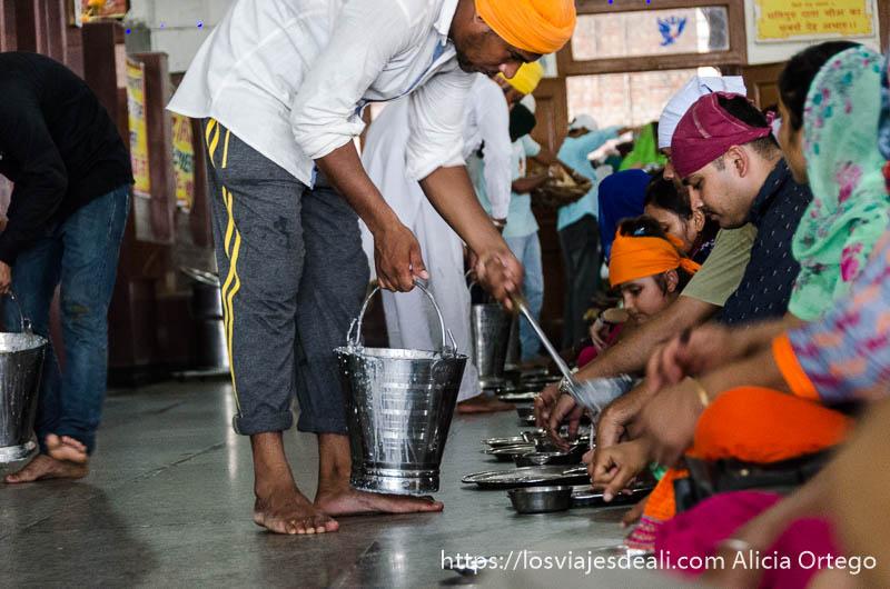 reparto de comida en el templo dorado de los sijs