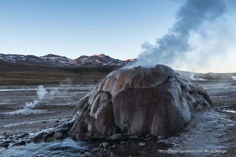 pequeño volcán en el campo de geysers del tatio