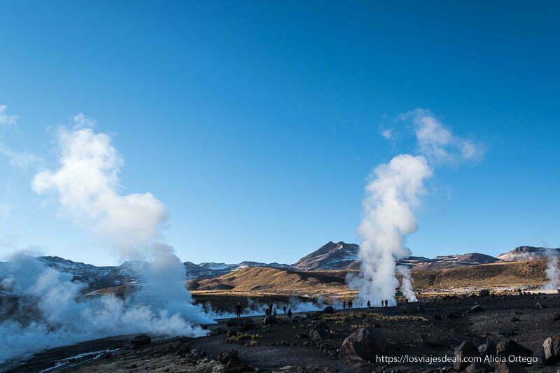 campo de geysers del tatio iluminado por el sol