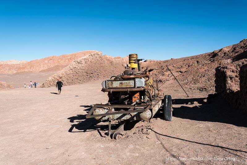 maquinaria antigua y oxidada de mina de sal en el valle de la luna atacama