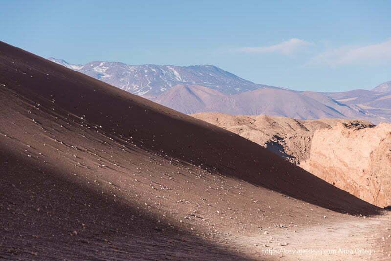 un lado de la gran duna del valle de la luna en atacama