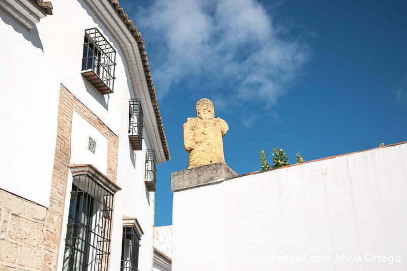 esquina de la casa del gigante con estatua de piedra escapada a ronda