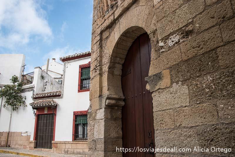 puerta con arco árabe del alminar de san sebastián escapada a ronda