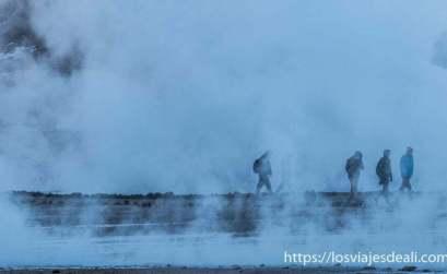 gente andando entre vapores de geysers del tatio chile