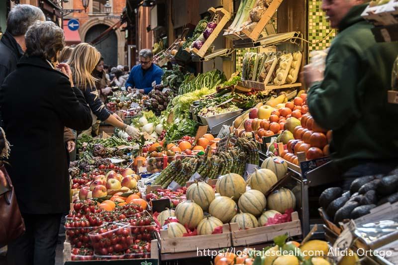 puesto de frutas en una calle estrecha de bolonia