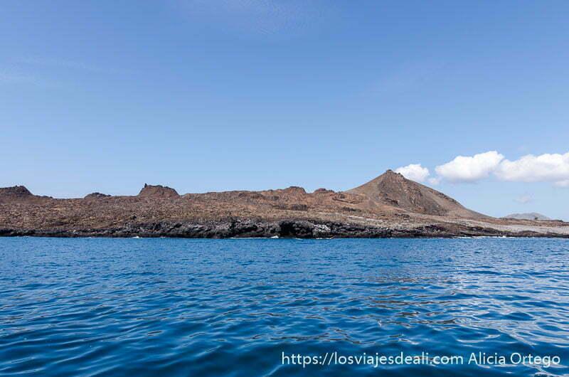 isla bartolomé con cráter a la derecha vista desde el mar