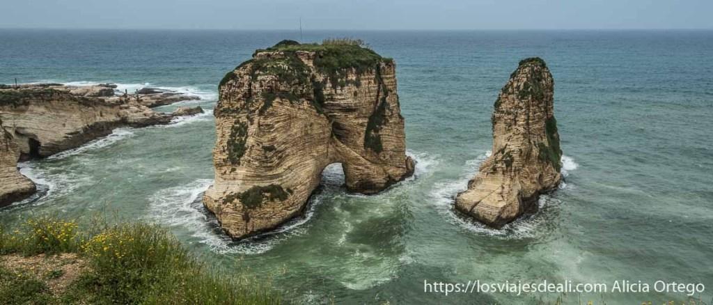 rocas en medio del mar en Beirut llamadas pigeon rocks