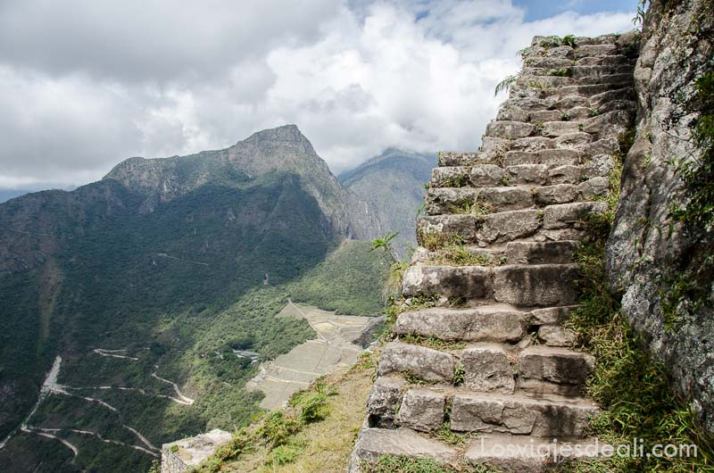 escaleras del último tramo del huayna pichu con ruinas de machu picchu abajo
