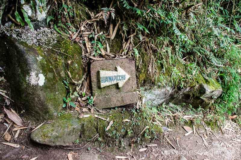 cartel de piedra con flecha donde pone Huayna Picchu