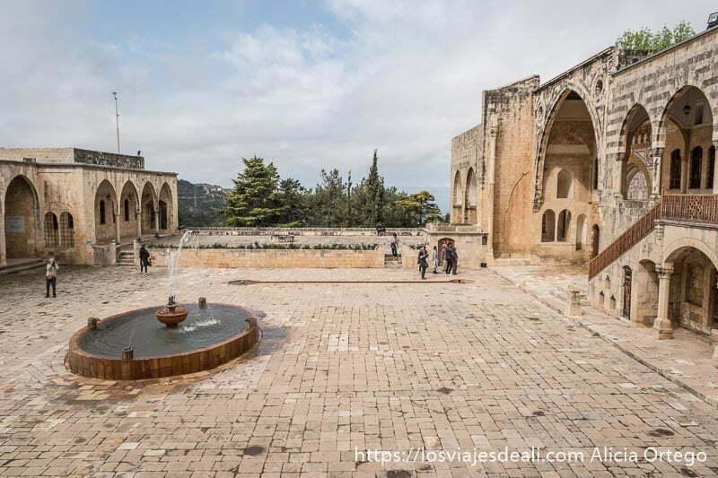 patio de una fortaleza palacio con fuente en el centro en líbano