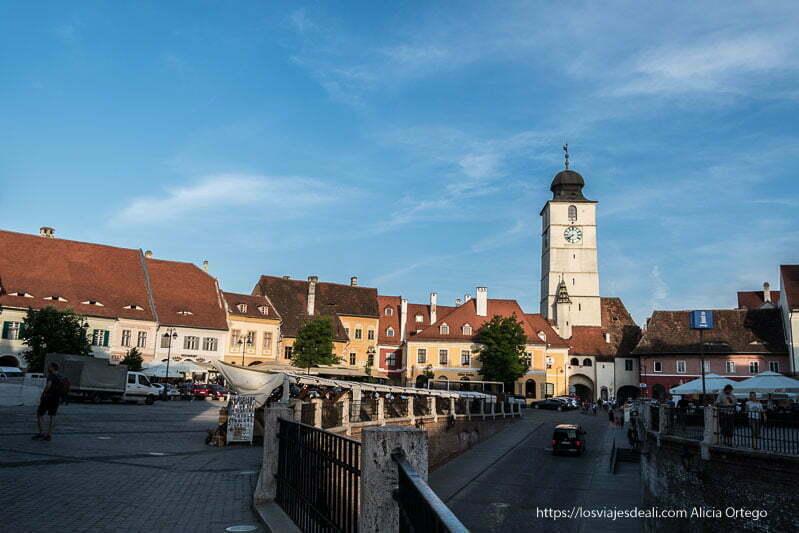 plaza pequeña de sibiu con torre del consejo a la derecha y cielo muy azul