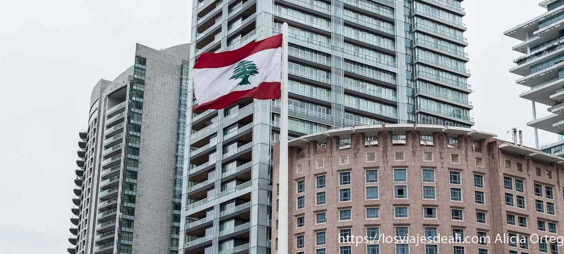 edificios nuevos con la bandera de líbano delante en beirut