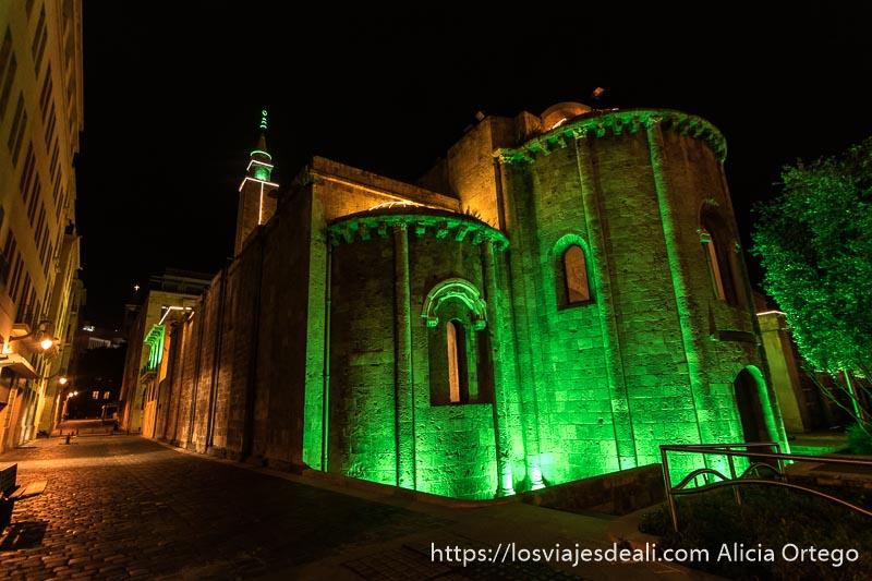 iglesia románica que hoy es mezquita con focos verdes en el centro de beirut