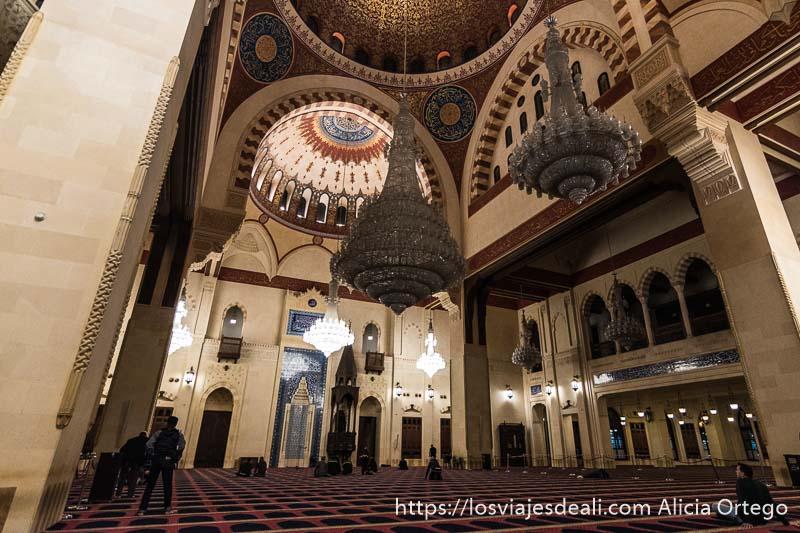 interior de la mezquita al amin con enormes lámparas de cristal y bóvedas pintadas