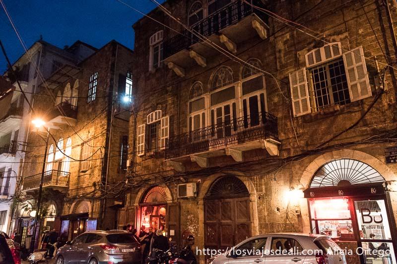 calle con casas coloniales por la noche en beirut
