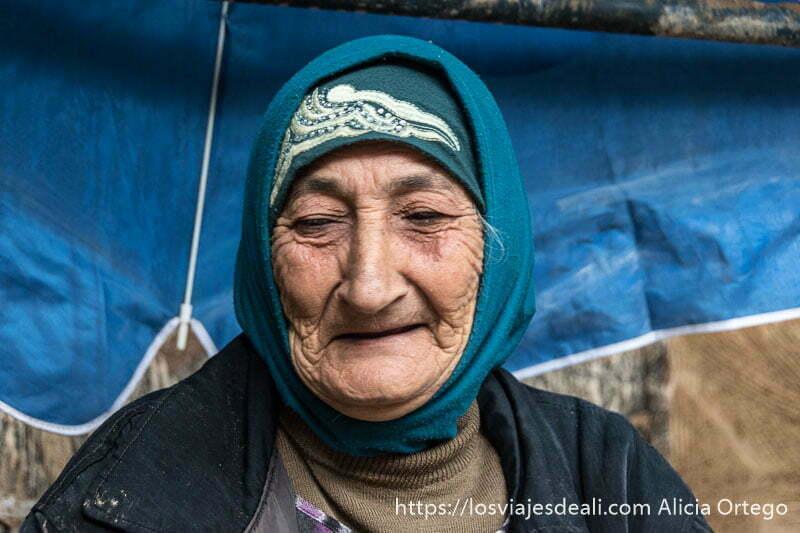 anciana con pañuelo azul en la cabeza sonriente