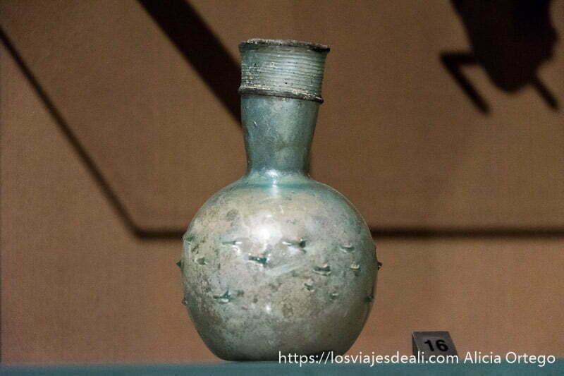 jarrón de cristal fenicio de color azulado