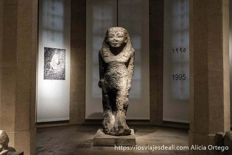 estatua que parece egipcia en una sala del museo nacional de beirut