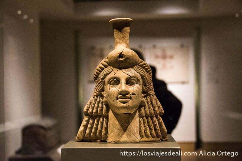 cabeza de diosa con peinado de tirabuzones hecha en mármol en el museo nacional de beirut