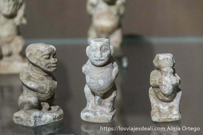 figuritas de piedra de hombres con gran barriga en el museo nacional de beirut