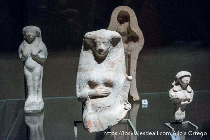 figuras de terracota de diosas de fertilidad con grandes pechos en el museo nacional de beirut