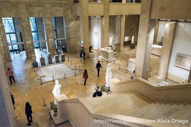 hall principal del museo nacional de beirut con escaleras para subir