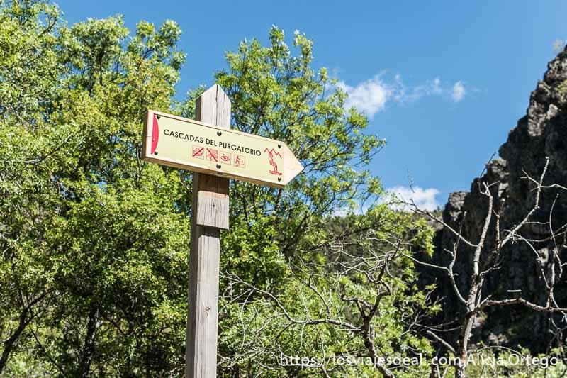 señal de madera que indica el camino a las cascadas del purgatorio
