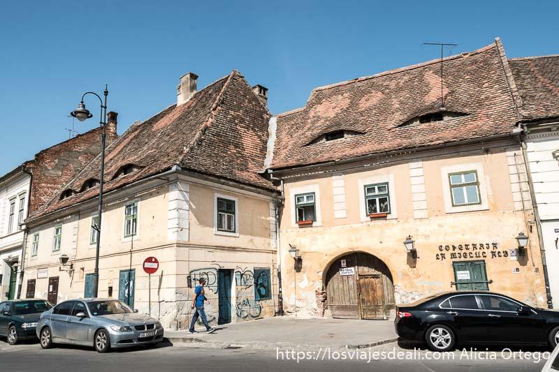 casas antiguas con ventanas en los tejados que parecen ojos